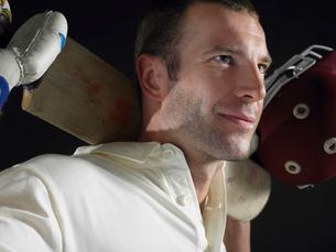 Cricket player holding cricket bat behind shoulders  closeの写真素材 [FYI03630667]
