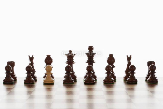 Single white pawn in initial line up of black chess piecesの写真素材 [FYI03630708]
