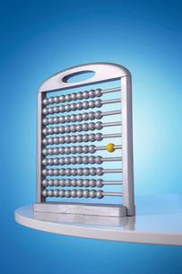 Single yellow bead on silver abacus in studioの写真素材 [FYI03630722]