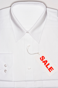 Folded white shirt with sale tagの写真素材 [FYI03630733]