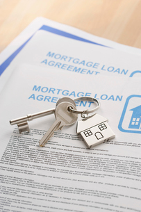 Keys to a New Home and mortgage papers on tableの写真素材 [FYI03630735]