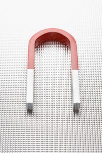 Horseshoe magnet on metallic surfaceの写真素材 [FYI03630737]