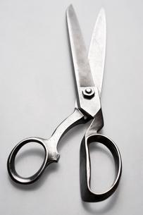 Scissors on white background in studioの写真素材 [FYI03630740]