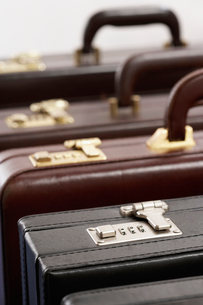 Row of briefcases in studioの写真素材 [FYI03630748]