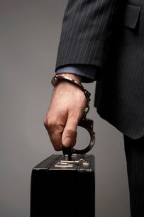 Briefcase Handcuffed to Businessman's Wristの写真素材 [FYI03630768]