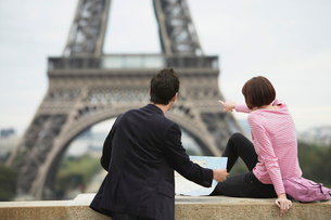 France  Paris  couple looking at map in front of Eiffel Toの写真素材 [FYI03631005]