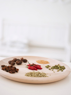 Variety of spices on wooden serving platterの写真素材 [FYI03631220]
