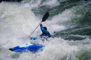 Kayaker paddling through white water Rapidsの写真素材 [FYI03631360]