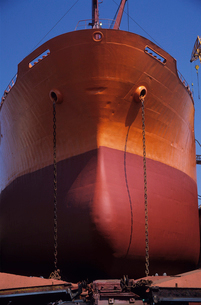 Large  Bronze and red ship in Dry dockの写真素材 [FYI03631470]