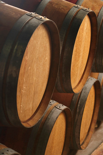 Wine casks lying down in orderの写真素材 [FYI03631811]