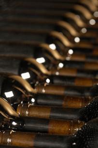 Wine bottles lying down in orderの写真素材 [FYI03631813]