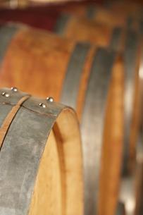Wine casks lying down in order  selective focusの写真素材 [FYI03631814]