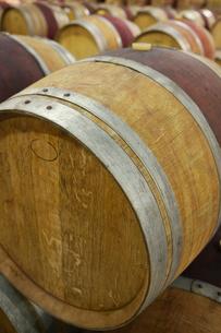 Wine casks lying down in orderの写真素材 [FYI03631815]
