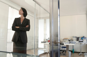 Businesswoman standing in office  front view.の写真素材 [FYI03632000]