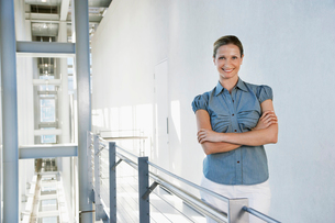 Businesswoman smiling in office building  portraitの写真素材 [FYI03632089]