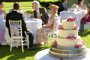 Wedding cake  guests at tables in backgroundの写真素材 [FYI03632106]