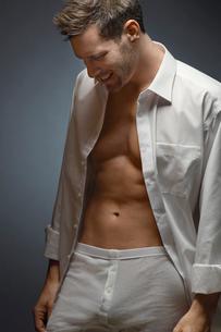 Man wearing underwear and shirt  portraitの写真素材 [FYI03632165]