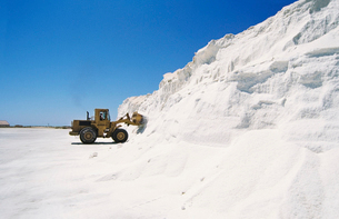 Digger truck advancing into wall of snowの写真素材 [FYI03632205]