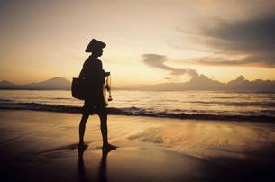 Asian fisherman on shore watching sunsetの写真素材 [FYI03632245]