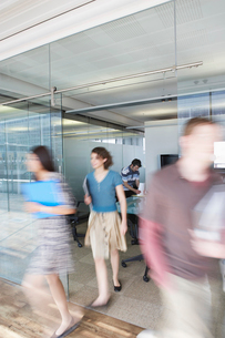 Office workers leaving conference room  long exposureの写真素材 [FYI03632338]