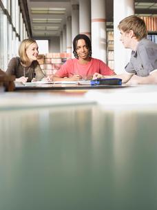 Students in reading roomの写真素材 [FYI03632377]