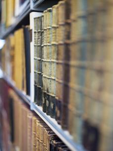 Antique books on shelfの写真素材 [FYI03632380]