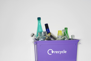 Recycling container filled with empty jars and bottlesの写真素材 [FYI03632394]