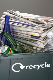 Recycling bin filled with waste paper and bottles  close-uの写真素材 [FYI03632413]