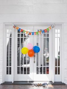 Brthday decorations at front door of houseの写真素材 [FYI03632541]