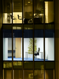 Empty office  view from building exteriorの写真素材 [FYI03632640]