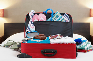 Open suitcase on bedの写真素材 [FYI03633065]