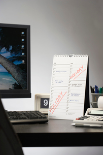 Calendar with marked holiday time on desk in officeの写真素材 [FYI03633079]