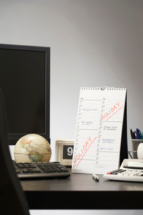 Calendar with marked holiday time on desk in officeの写真素材 [FYI03633081]