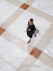 Business woman walking with suitcase  elevated viewの写真素材 [FYI03633137]
