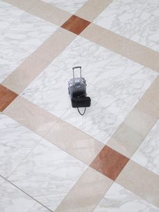 Suitcase and handbag on tiled floor  elevated viewの写真素材 [FYI03633140]