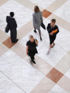 Business people walking  elevated view  long exposureの写真素材 [FYI03633149]