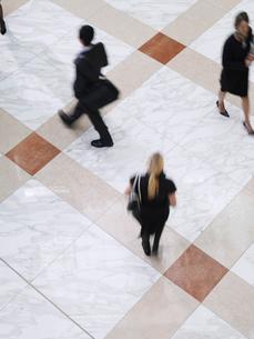 Business people walking  elevated view  long exposureの写真素材 [FYI03633150]