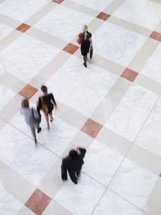 Business people walking  elevated view  long exposureの写真素材 [FYI03633152]