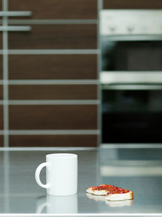 Cup and toast with jam on table indoorsの写真素材 [FYI03633219]