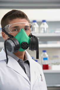 Scientist wearing a gas mask in laboratoryの写真素材 [FYI03633414]