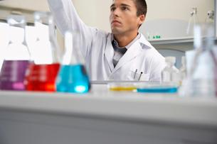 Scientist working in laboratoryの写真素材 [FYI03633416]