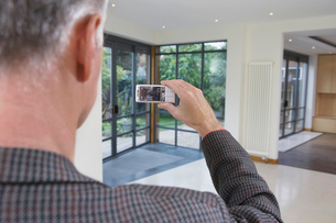 Real estate agent photographing new propertyの写真素材 [FYI03633452]