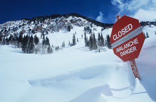 Closed--avalanche danger sign in snowの写真素材 [FYI03633508]