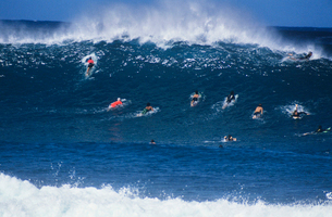Surfers paddling out to catch waveの写真素材 [FYI03633517]