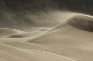 Sand blowing over sand dune in windの写真素材 [FYI03633541]