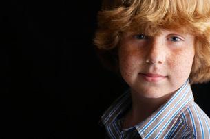 Boy on black background  portraitの写真素材 [FYI03633547]