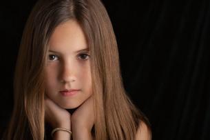 Girl  on black background  portraitの写真素材 [FYI03633551]