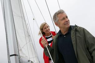 Couple on yachtの写真素材 [FYI03633571]