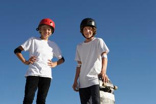 Two teenage male skateboardersの写真素材 [FYI03633580]