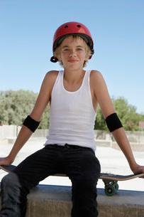 boy with skateboard at skateboard parkの写真素材 [FYI03633583]